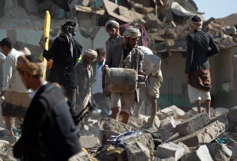 Operasyonlarda evleri isabet alan siviller eşyalarını enkazın altından kurmaya çalışıyor.