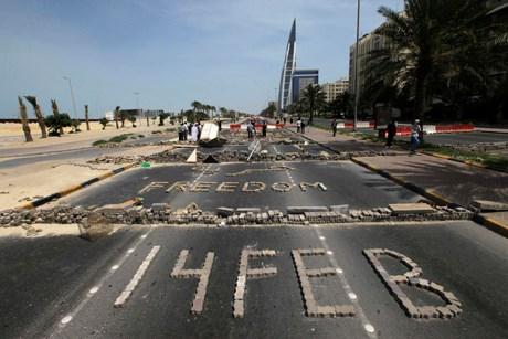 Bahreyn'de muhalifler sokaklara 'özgür' yazıyor