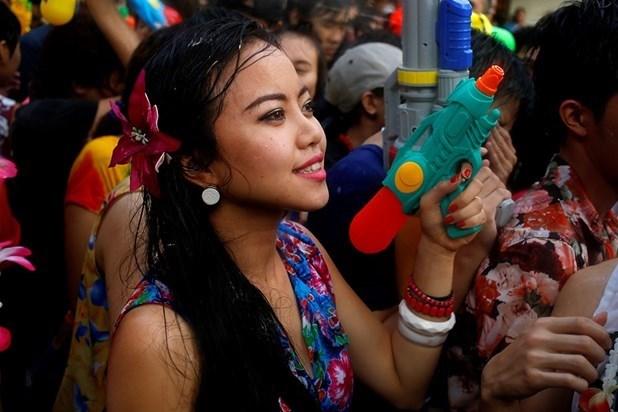 Tayland'daki su festivalinde ölenlerin sayısının 500'e yaklaştığı ve ölümlü trafik kazaların büyük çoğunluğunun alkollü araç kullanımından dolayı meydana geldiği belirtildi.