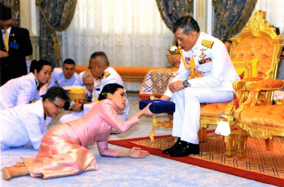 suthida vajiralongkorn ile ilgili görsel sonucu