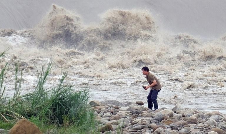 Tayvan'ı vuran Ducüen tayfunu 710 bin evin elektrik ve susuz kalmasına neden oldu.