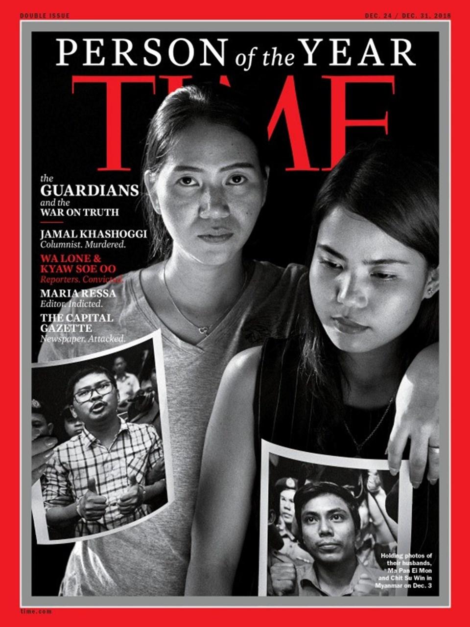 Wa Lone ve Kyaw Soe Oo'nun eşleri, kocalarının fotoğraflarını tutarken