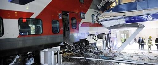 Tren otele çarptı