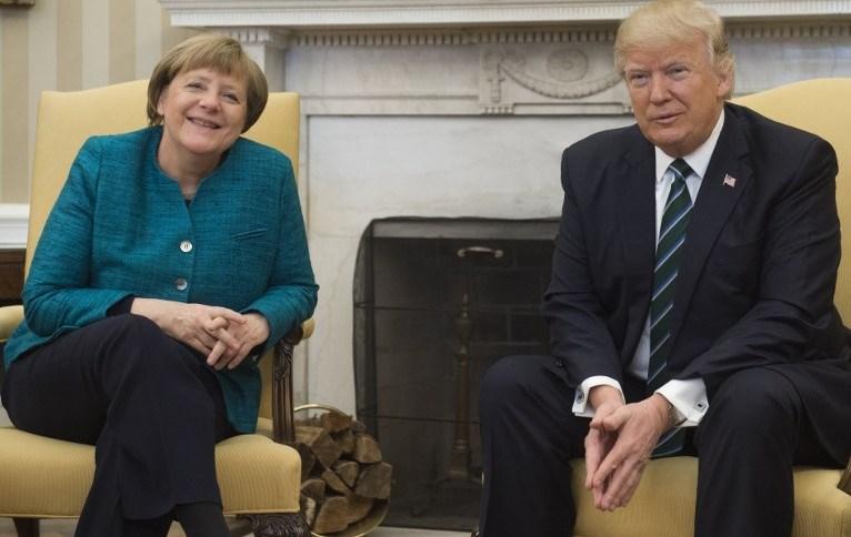 ABD Başkanı Donald Trump gazetecilerin ısrarına rağmen Merkel'le el sıkışmayı kabul etmemişti.