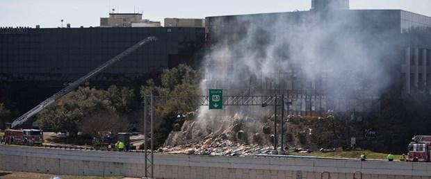 Uçak 7 katlı binaya çarptı