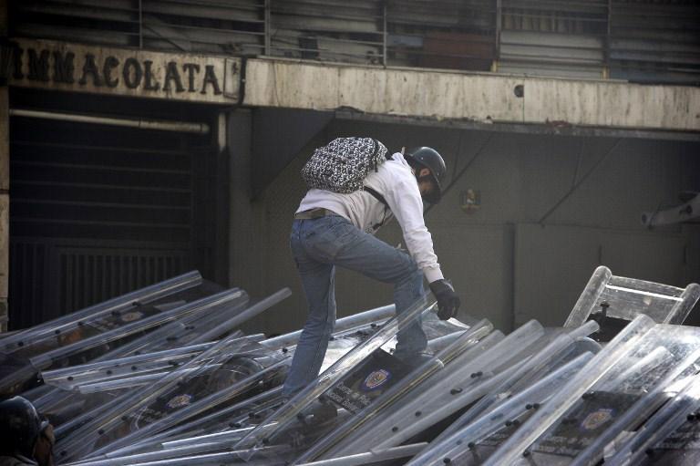 Venezuela sokaklarında kan döküldü