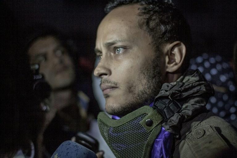 Eski pilot ve sinema oyuncusu olan Oscar Perez yayınladığı videolarla Venezuela halkının özgürlüğü için mücadele ettiğini iddia ediyordu.
