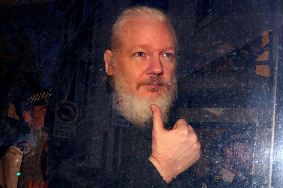 Mahkemeye çıkarılan Julian Assange tutuklanarak cezaevine gönderildi.