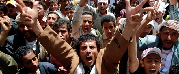 Yemen'de tanklar eylemcilere karşı