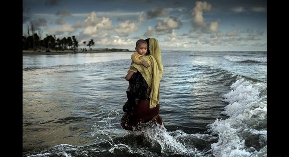 Arakanlı annenin çocuğuyla denizden yürüyerek çıktığı fotoğraf ikincilik ödülü aldı.
