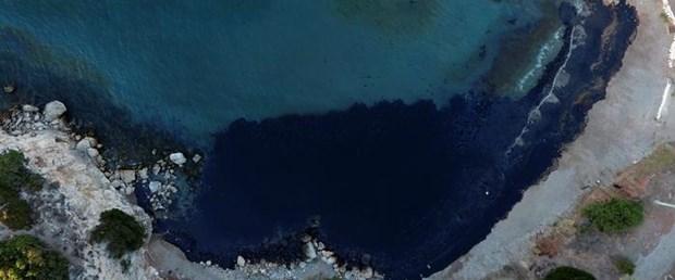 Yunanistan'ın Salamina Adası karalarla kaplandı