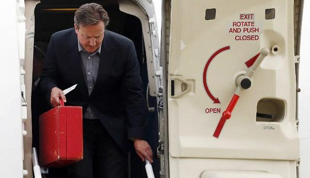 Zirveye ev sahipliği yapacak olan Cameron'ın elindeki kırmızı çanta dikkatleri çekti.
