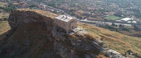 Uçurumun kıyısındaki 839 yıllık tarih: Divriği Kale Camisi (Türklerin Anadolu'daki en eski yapılarından)