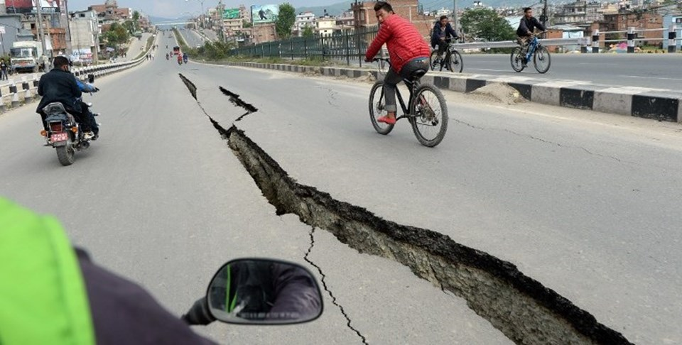 7.8 büyüklüğündeki deprem sonrası asfalt yollar da çatladı.
