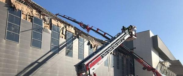 Yapım aşamasındaki kongre binasının çatısı çöktü
