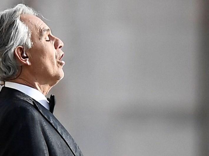 İtalyan opera sanatçısı Andrea Bocelli'nin canlı internet konseri milyonları ağlattı