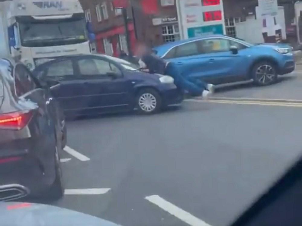 İngiltere'de petrol krizi devam ediyor: Sürücüler arasında bıçaklı kavga - 5