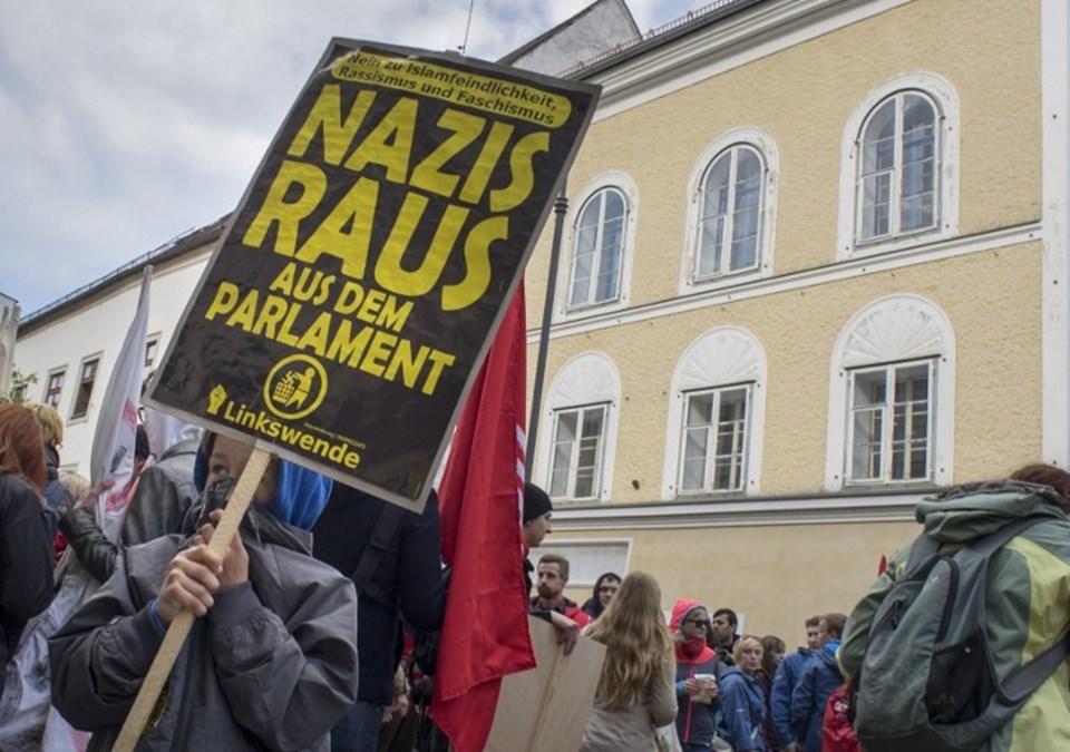 Bina Neo-Nazi karşıtı gösterilere sahne oluyor.