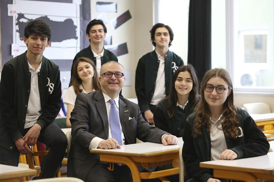 Darüşşafaka Cemiyeti Yönetim Kurulu Başkanı M. Tayfun Öktem öğrencilerle birlikte