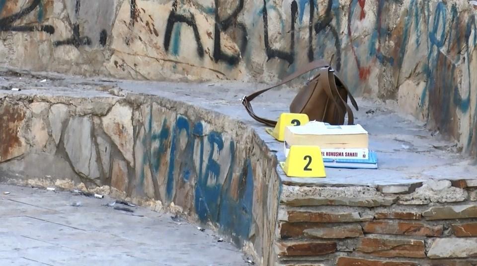 Melek'ten geriye bu iki eşya kitabı ve çantası kaldı.