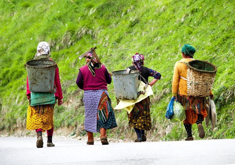 Karadeniz'in çalışkan kadınları: Köy toplansa evde tutamaz - 14