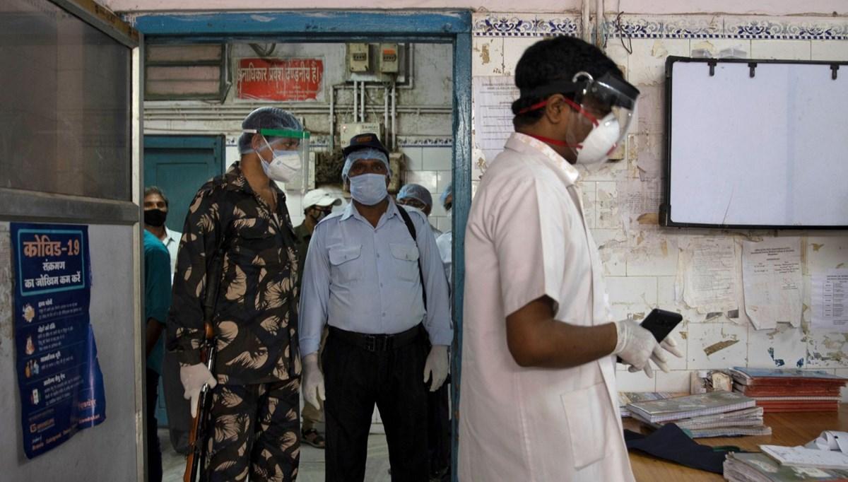 Hindistan'ın zorlu corona virüs savaşı: Doktorları askerler koruyor