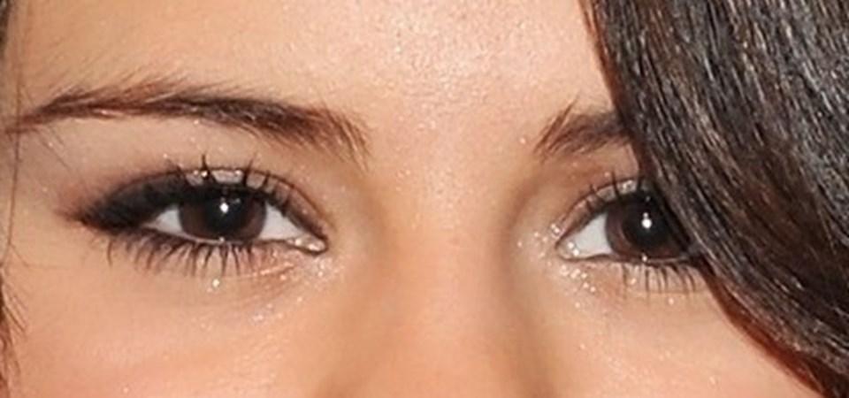 26 yaşındaki ABD'li yıldız Selena Gomez, dünyada 'badem göz' ekolünün sembolü olarak tanınıyor. 144 milyon Instagram takipçisi ile sosyal medyanın zirvesinde yer alan Gomez'in makyaj videoları da büyük ilgi görüyor.