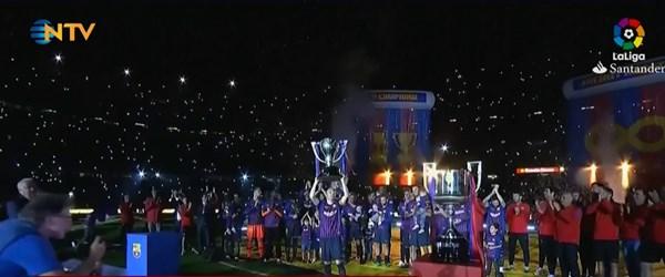 """Sonsuza kadar Iniesta"" (80 bin taraftar, Barcelona'dan ayrılan Iniesta'ya veda etti)"