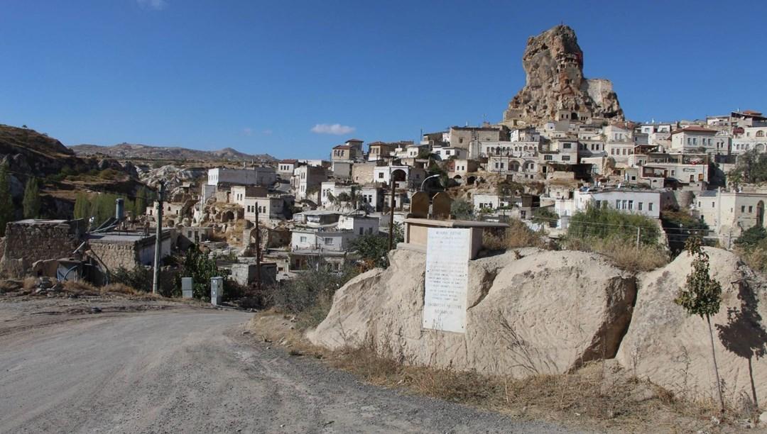 Kaya üzerinde bulunan mezarı gören bir daha bakıyor