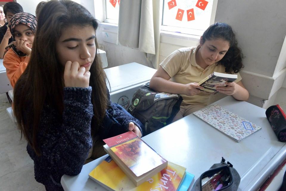 Hem kitap okutuyor hem ödüllendiriyorlar