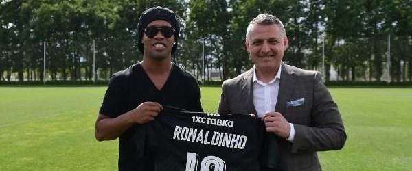 Ronaldinho Türk yapımı stadı ziyaret etti