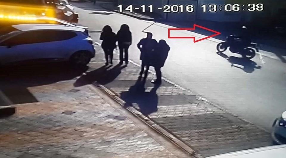 Güvenlik kamerası görüntülerinde motosikletle şirkete gelen kurye, paketi bıraktıktan sonra yaya olarak uzaklaşıyor.