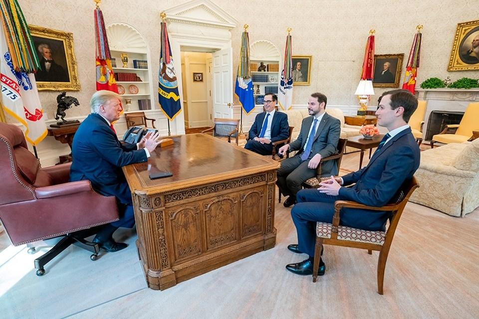 Hazine ve Maliye Bakanı Berat Albayrak (sağ 2) , Washington'da, ABD Hazine Bakanı Steven Mnuchin (sağ 3) ve ABD Başkanının kıdemli danışmanı Jared Kushner (sağda) ile ekonomik işbirliğinin görüşüldüğü toplantılar sırasında ABD Başkanı Donald Trump tarafından da kabul edildi.