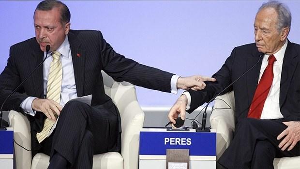 """2009 yılında Başbakan olan Tayyip Erdoğan, Dünya Ekonomik Forumu'nu """"Benim için de bundan böyle Davos bitmiştir. Daha Davos'a gelmem. Siz konuşturmuyorsunuz. 25 dakika konuştu, 12 dakika konuştum. Olmaz"""" diyerek terk etmişti. (Sağda/Eski İsrail Cumhurbaşkanı Peres)"""
