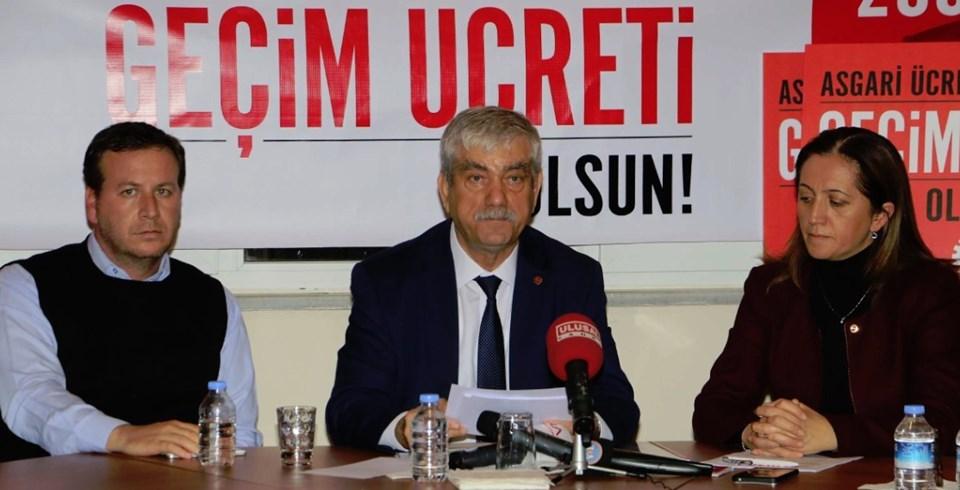 DİSK Genel Başkanı Kani Beko (ortada) basın toplantısı düzenledi.