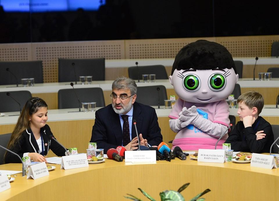 Taner Yıldız, Enerji Bakanlığı'nda Ankara Büyükşehir Belediyesi Çocuk Meclisi'ni kabul etti. Kabulde 'Enerji Çocuk' projesinin maskotu 'Naz' da bulundu.