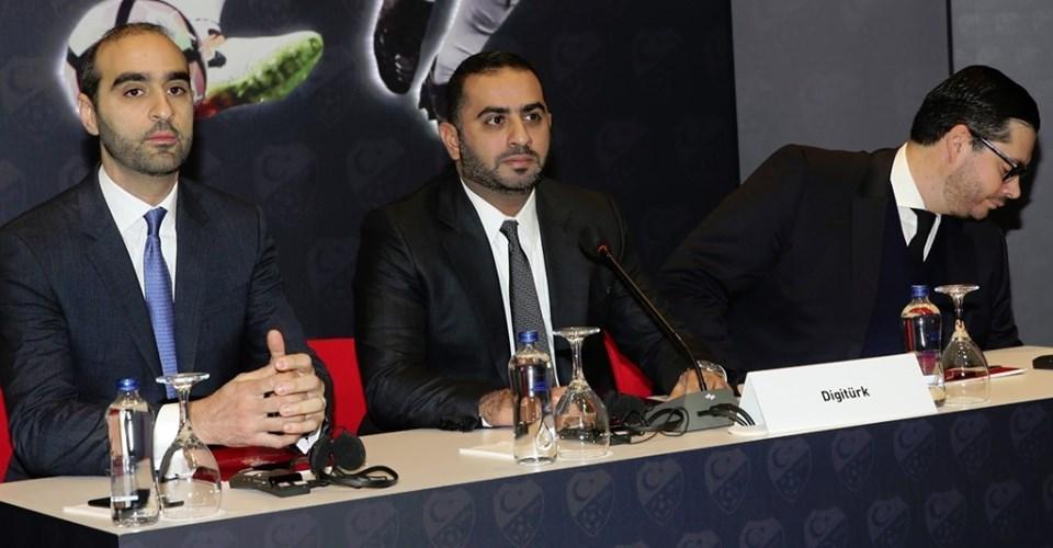 Digiturk'ün CEO'su Yousef Al-Obaidly (ortada) ihale salonunda hazır bulundu.