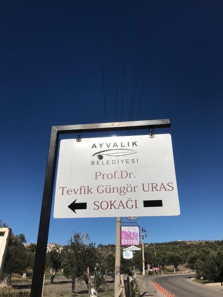 Güngör Hoca'nın isminin verildiği sokağın tabelasından bir görünüm..