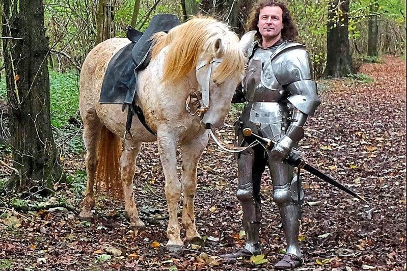 13 atı olan Kingsley, zırhını iş yerinde giymiyor ama şövalyelik ruhunu işine yansıtmaya çalıştığını söylüyor.
