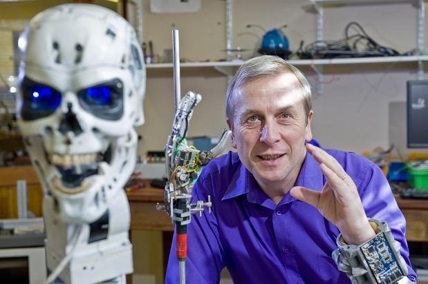 Dünyanın ilk Cyborg'u Kevin Warwick