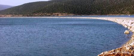 Ortasından karayolu geçen gölü kim alacak?