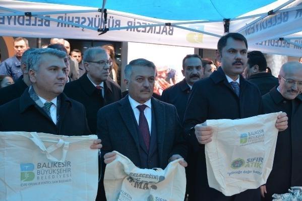 Çevre ve Şehircilik Bakanı Murat Kurum, vatandaşlara bez torba dağıttı