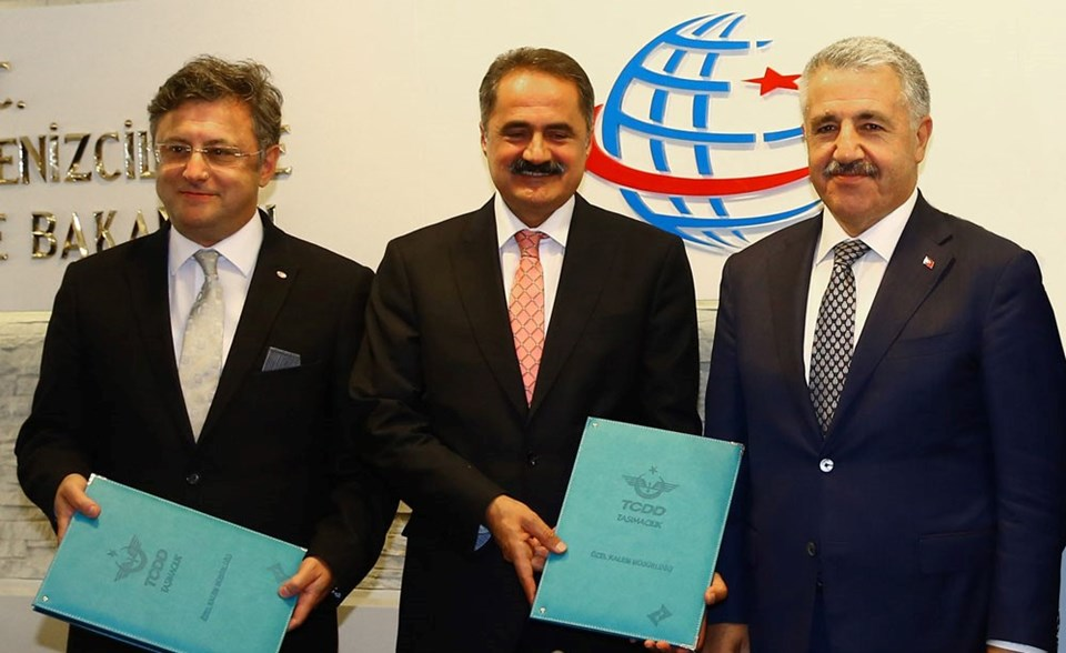 İmza töreninde OMSAN Lojistik Genel Müdürü Hakan Keskin (en solda), TCDD Taşımacılık Genel Müdürü Veysi Kurt (ortada) ve Ulaştırma Bakanı Ahmet Asslan yer aldı.