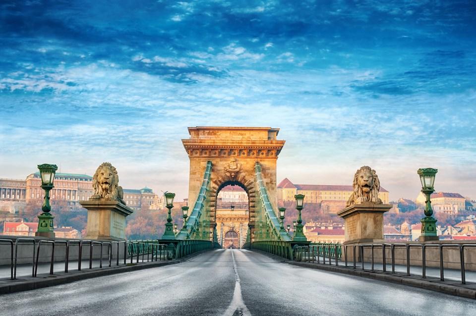 Buda ve Peşte'den oluşan tarihi kent Budapeşte köprülerle bağlanıyor.