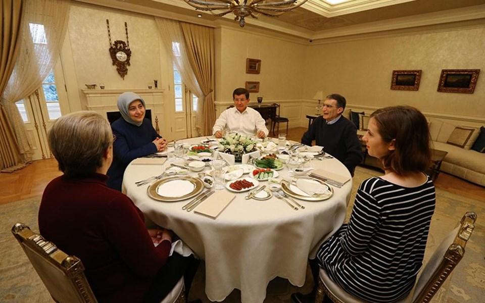 Çankaya Köşkü'ndeki kahvaltıya Davutoğlu'nun eşi Sare Davutoğlu ile Aziz Sancar'ın eşi Esta Gwendolyn Sancar ve kızı Rose Lorraine Peifer de katıldı.