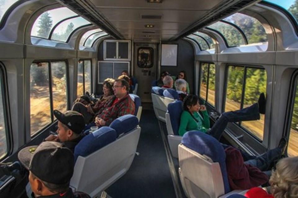 Trenlerin tasarımı sayesinde koltuğunuzu cama doğru döndürüp, doya doya manzarayı seyredebiliyorsunuz. Ayrıca California State Railroad Müzesi çalışanları, trene uğrayıp size çevreyle alakalı bilgiler veriyor.