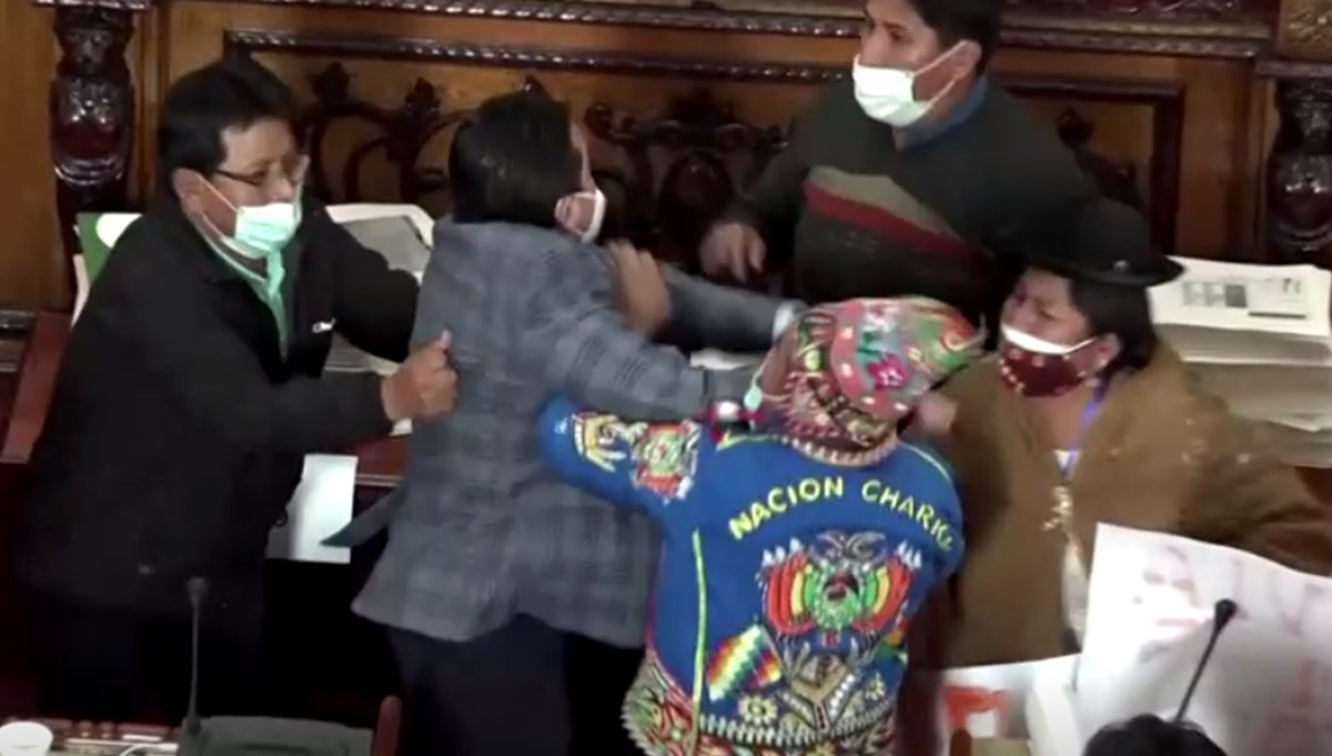 Bolivya'da milletvekilleri yumruk yumruğa: İktidar ve muhalefet birbirine girdi