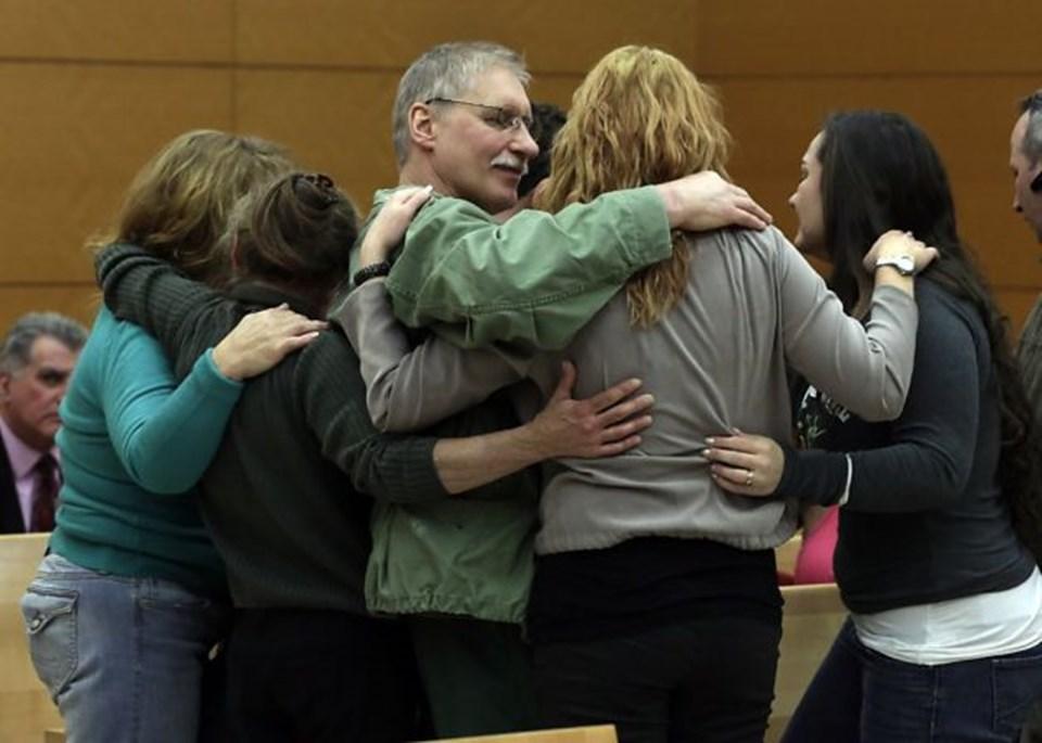 Ranta duruşma sonrası ailesiyle kucaklaştı.