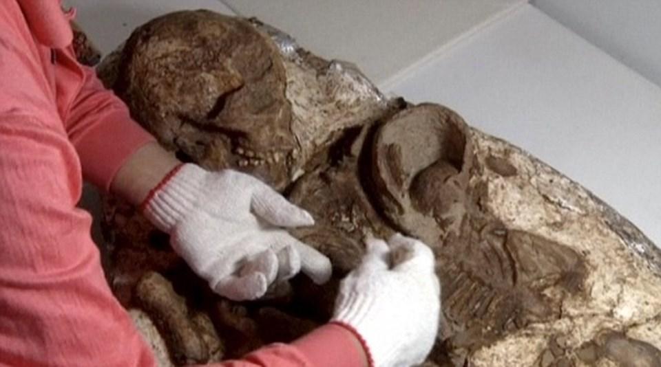 160 cm boyunda olan anne ve 50 cm boyundaki bebeğinin fosili neolitik döneme tarihleniyor.