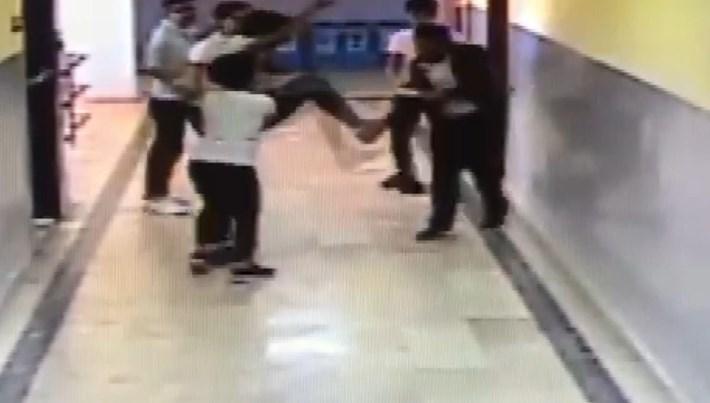 Okul koridorunda dehşet anları; silahlı öğrenci böyle yakalandı